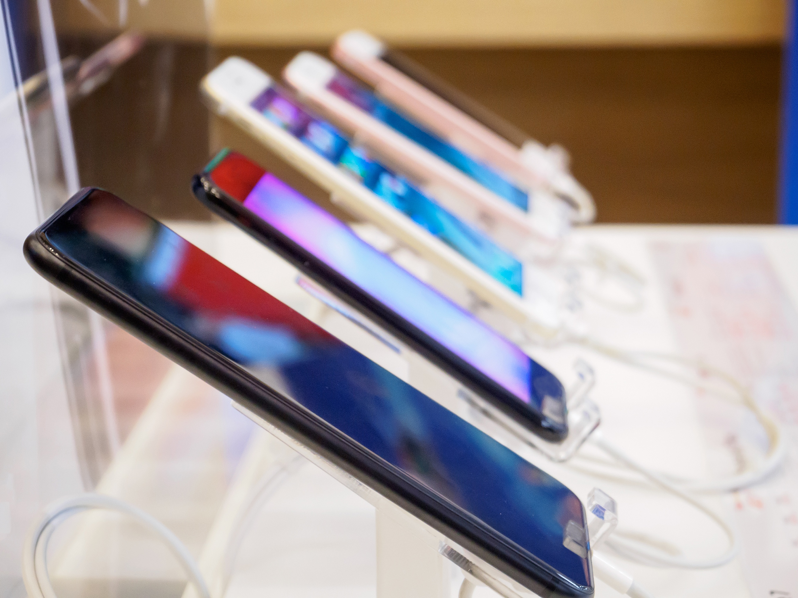 Supply chain planning for smartphones